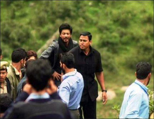Check Out SRK shoots in the valleys of Kashmir