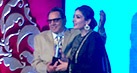 Check out: Raveena Tandon receives award from veteran star Dharmendra